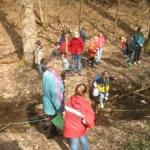 Kindergruppe im herbstlichem Wald